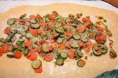 ho fatto appassire le carote e le zucchine tagliate a julienne, ho spolverato la sfoglia con grana ho messo le verdurine, il prosciutto cotto e scamorza affumicata...una bontà