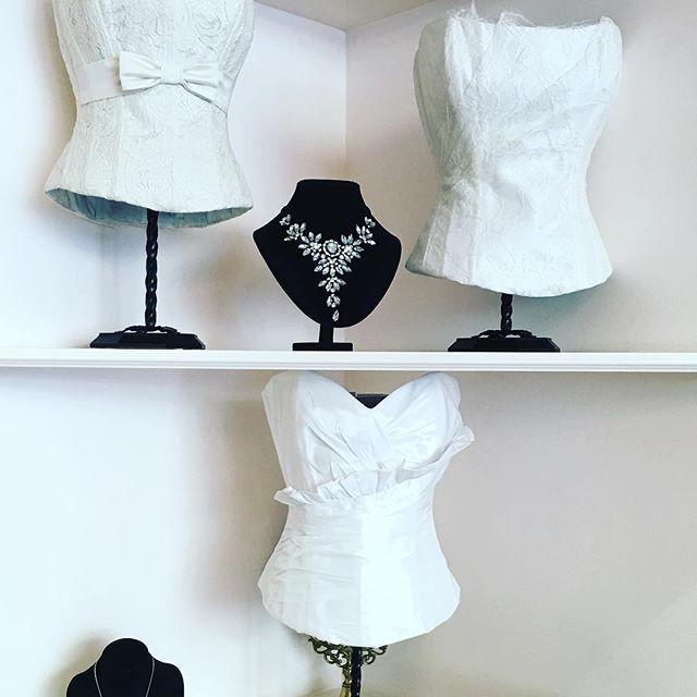 #berlin #figure #frau #spitze #uhlandstrasse #korsett #corsetta #weiss#white#hochzeit#wedding #vollbrustkorsett #overbreastcorsett#schleife#rüschen #satin#taft#seide#reissverschluss #