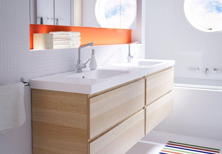 Baderomsmøbel fra IKEA. Her er speilet montert i en nisje i veggen, noe som gir smart oppbevaring i forkant.