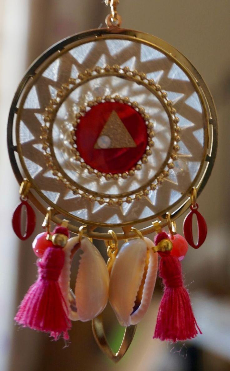 Boucles d'oreille roses nacre coquillages et pompons : Boucles d'oreille par cecilou