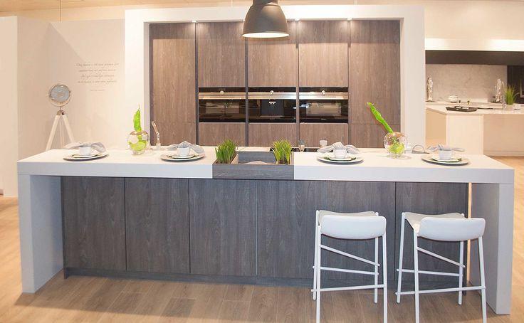 Moderne, houten keuken met ruime toog. Deze moderne keuken straalt een landelijk…