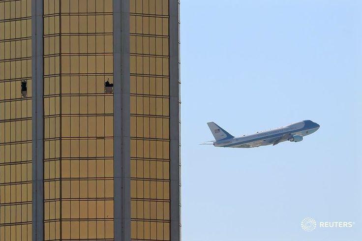 Air force one sale las vegas pasando las ventanas rotas en el mandalay bay hotel donde tirador stephen paddock realizó su ataque masivo a lo largo de la strip de las vegas en las vegas Nevada.