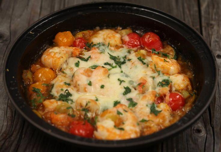 Жареные креветки с овощами и сыром
