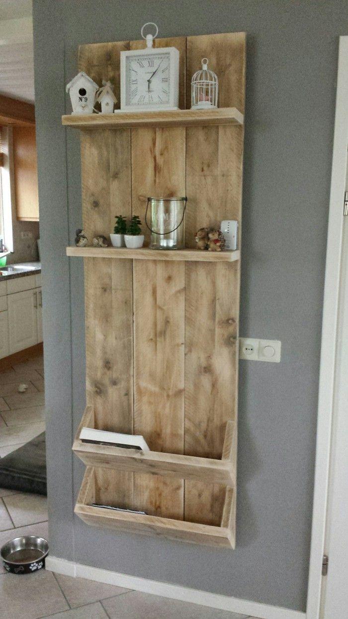 Wandbord / tijdschriftenrek van steigerhout. Met 2 plankjes en 2 vakken voor boeken, kranten en/of tijdschriften. Van alles kan erin. Hij is van gebruikt steigerhout.