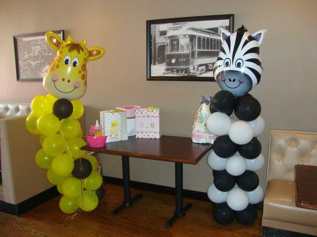 Columnas de globos para baby shower hechas con globos de látex y metalizados. #DecoracionBabyShower