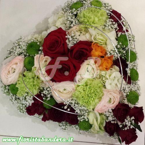 Composizione di fiori compatta a forma di cuore per San Valentino.