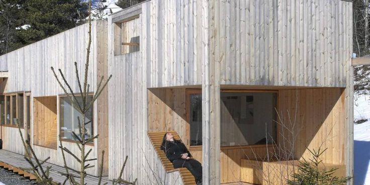 ET KOMPAKT HUS I MALMFURU: Helt i enden av hytta har arkitekt Fredrik Lund laget en oppsiktsvekkende liggebenk. Den er utført i malmfuru, slik som resten av hytta. Dette huset har mange kvaliteter og opplevelsesmuligheter på liten plass - uten at de kommer i konflikt med hverandre.
