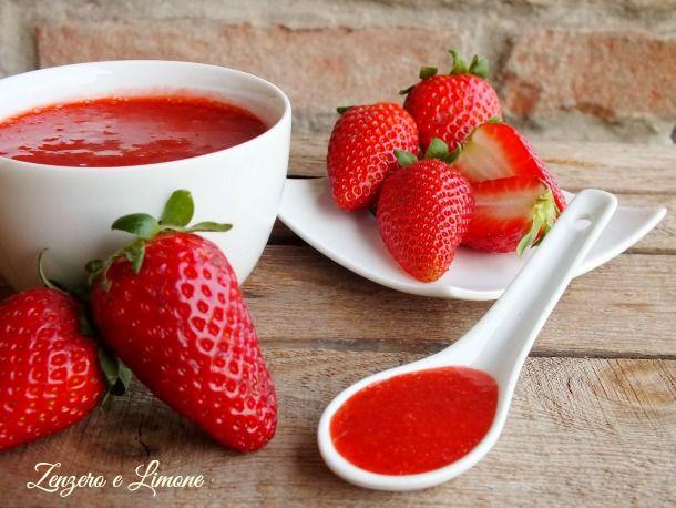 La salsa alle fragole è una morbida crema facilissima da preparare. È perfetta per decorare semifreddi o gelati e per accompagnare pancakes e crêpes.