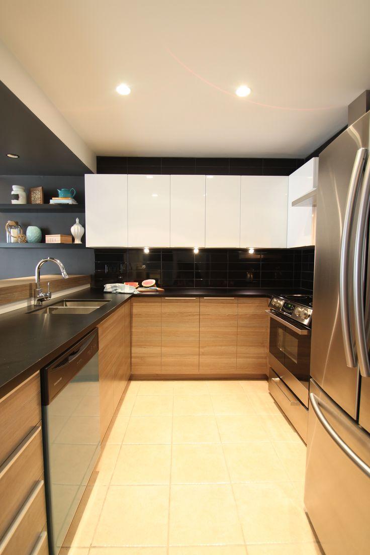 Chalet rustique chic, cuisine bois et blanc, comptoir noir, dosseret noir