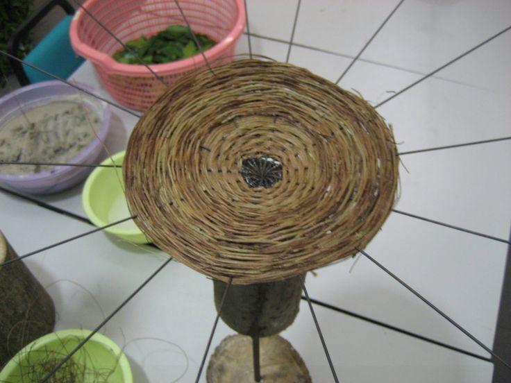Basis voor bloemwerk ,gevlochten tussen ijzerdraad.