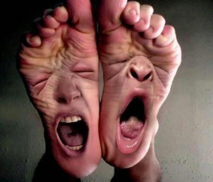 Veel mensen hebben last van voetschimmel (zwemmers exceem).Dit kan je voorkomen,door je voeten na het douchen goed af te drogen.Ook tussen de tenen! En daarna talkpoeder tussen de tenen te doen.De poeder absorbeert het vocht.Als je snel last hebt van vochtige voeten,kan je ook nog schone sokken aan doen halverwege de dag.Voorkom dat je voeten uitdrogen,door ze elke dag met en goede voetcreme in te smeren.Als de huid van je voeten uitdroogt,kan je kloven krijgen.Kloven kunnen pijnlijk zijn.