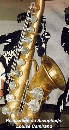 Saxophone en carton et papier mâché en déco 3D. Il fait plus de 10' de haut (+de 3.5m). Il est peint avec de la peinture métallisée. On a inséré un appareil dans son embouchure afin que de la musique semble sortir du sax... D'autres photos sur mon blog.