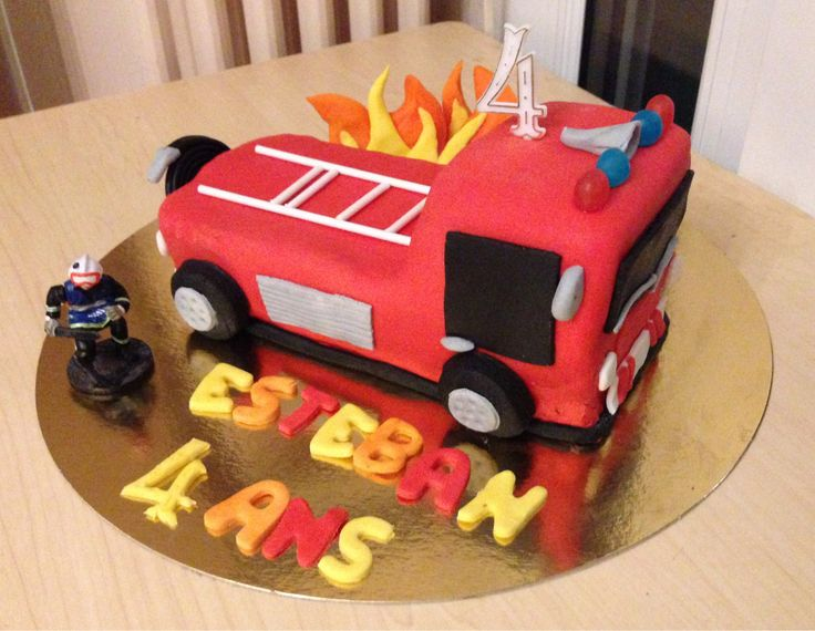 Un gâteau d'anniversaire en forme de camion de pompier en tutoriel photos!