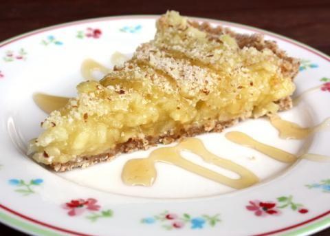 """Recept s fotopostupom na fantastický nepečený jablkový koláč. Prvýkrát som """"piekla"""" s datľami a bez cukru. Výsledok síce nespĺňa podmienky stravovania RAW, ani Paleo diety, ale delenej áno. ;) Pre mňa skvelý odrazový mostík pre koláče bez cukru, múky, pečenia ..."""