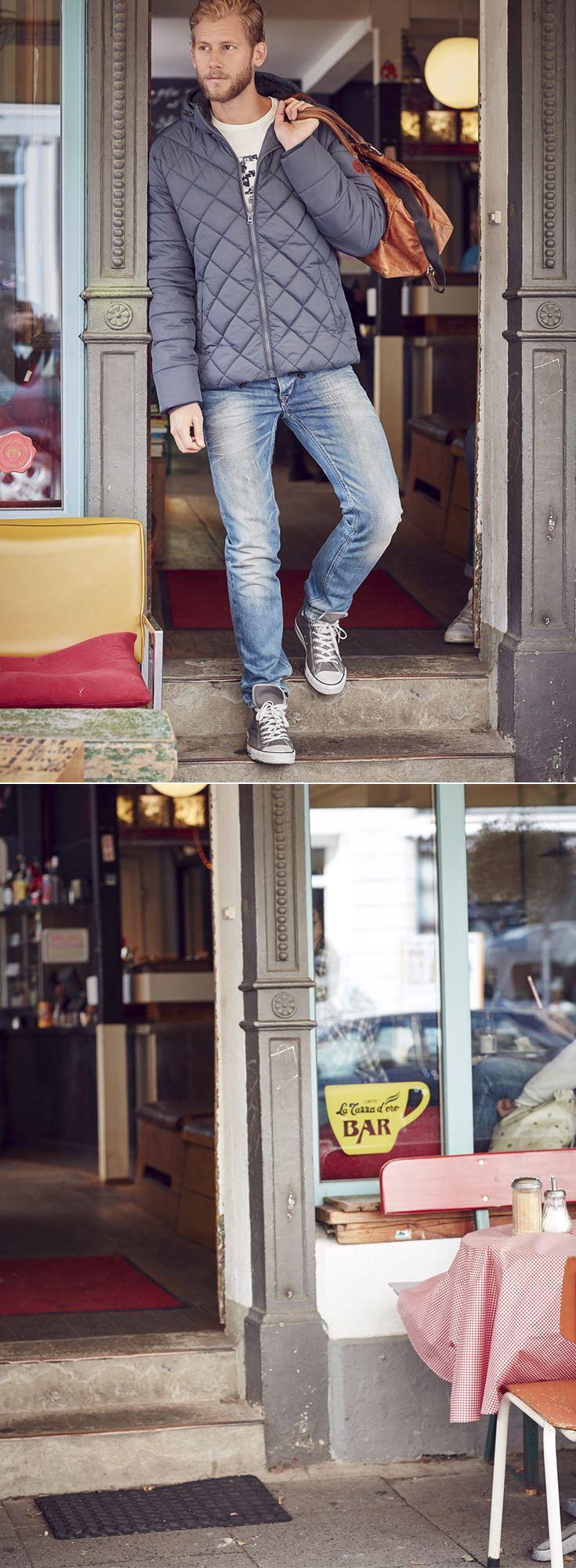Die Steppjacke von Blend vereint stilvoll lässiges Design und höchsten Komfort. Die warme Wattierung macht die sportliche Herrenjacke zu einem perfekten Begleiter an kühleren Tagen. Für zusätzlichen Komfort sind die Kapuze und der Saum mit einem Tunnelzug und die Ärmel mit Strickbündchen versehen. Mit dieser gesteppten Outdoorjacke sind kalte Temperaturen kein Problem mehr und unkomplizierte Casual-Looks finden dank der sportiven Steppung eine coole Ergänzung.