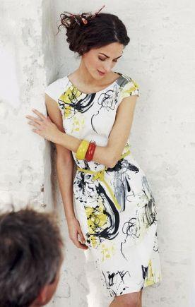 Абстрактые принты никогда не выходят из моды, также как крисиво подчеркнутые длинные руки. Платье-футляр универсальная вещь в зависимости от подобранных аксессуаров. С жакетом - в офис.  Burdastyle: Новые принты: Burda 3/2009