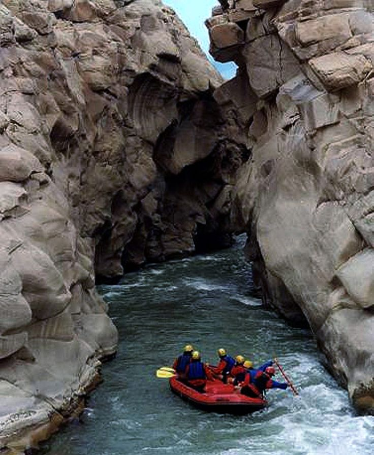 Rafting en el Cañón del Río Jáchal,  importante punto turístico al norte de la Provincia de San juan, Argentina