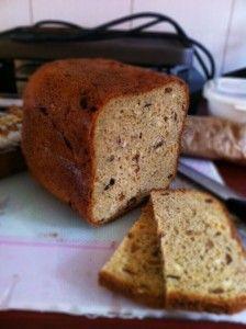 Zoet speltbrood met vruchten en noten uit de broodbakmachine