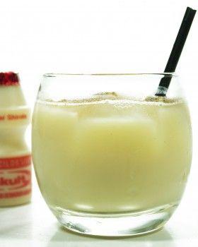 Lactobacilos Loucos  Ingredientes:  1 garrafinha de Yakult (80 ml) 80 ml de Vodka 2 colheres de sopa de Leite Condensado Canela em pó Gelo