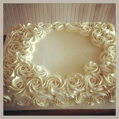 Gâteau décoré de fleurs chantilly