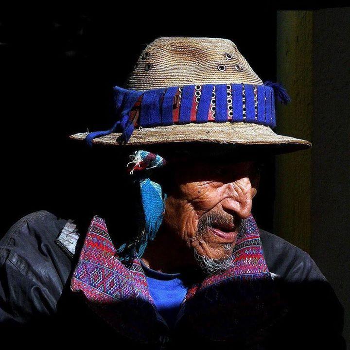 A Todos Santos petit village du Guatemala perdu dans la sierra de los Cuchumatanes les habitants sont tous habillés du même costume traditionnel depuis le nouveau-né jusqu'au vieillard. Les gens y sont souriants ouverts et naturels. Bravo à christian