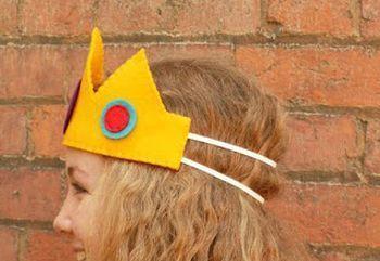Se você vai a uma festa à fantasia ou se você quiser fazer uma peça para as suas crianças brincarem de princesa, você pode fazer uma coroa de feltro
