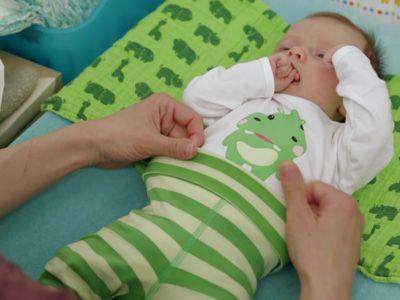 Alles ist noch ganz zart und wirkt so zerbrechlich bei kleinen Babys. Wir zeigen Euch, wie Ihr am besten vorgeht, um diese kleinen Körper in die Anziehsachen zu kriegen.