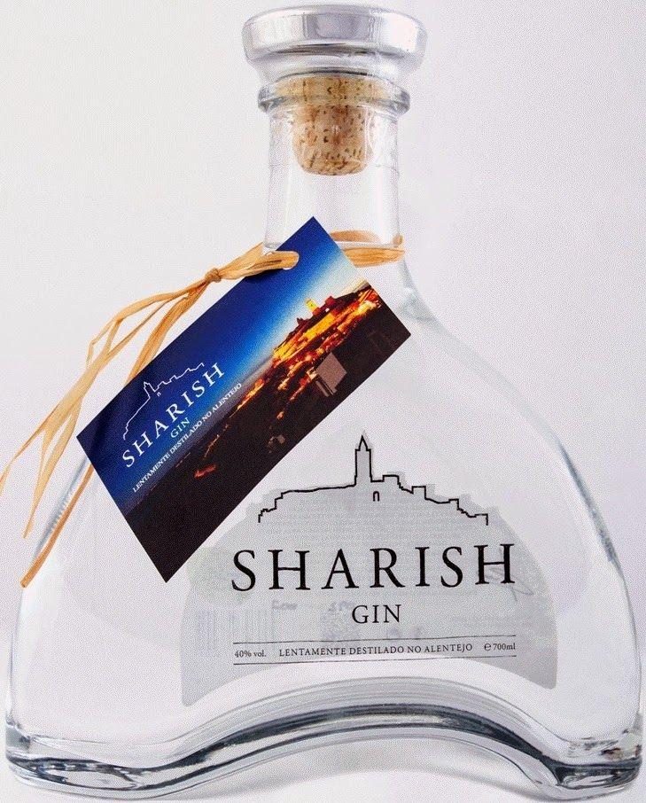 """Sharish Gin - Lentamente destilado no Alentejo. É um gin de carácter português e produzido no Alentejo. Vai buscar o seu nome à vila de Monsaraz. Utilizado durante a ocupação muçulmana, o termo árabe, SHARISH significa Xara ou Jara, a muito alentejana ESTEVA (cistus ladanifer). Assim Mont Sharish significaria """"Monte erguido num impenetrável brenhal de estevas. Originando posteriormente MONSARAZ."""
