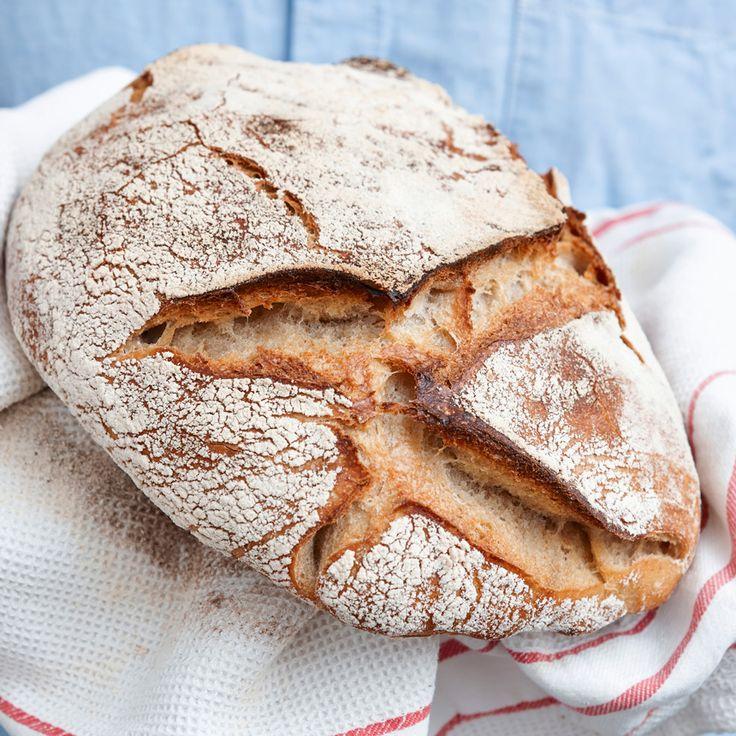 Baka ett härligt surdegsbröd med en underbart knaprig skorpa.