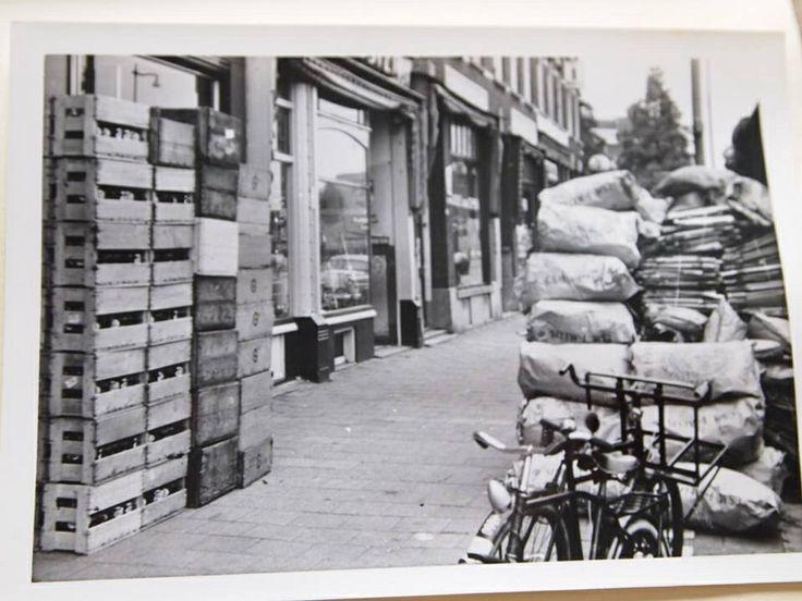 Dit is de Gruyter aan de Hillelaan, rond 1962 toen de winkel net was omgebouwd tot een zelfbedieningszaak. Velen hebben die de Gruyter winkels gekend en zijn er geweest, al dan niet voor het snoepje van de week. Al met al een prachtig tijdsbeeld van een de Gruyter winkel die rond 1965 alweer is gesloten.