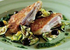 Saltimboca van tonijn met salie, buffelmozzarella en serranoham, gegrilde courgettes met vinaigrette van basilicum en citroen en olijfjes