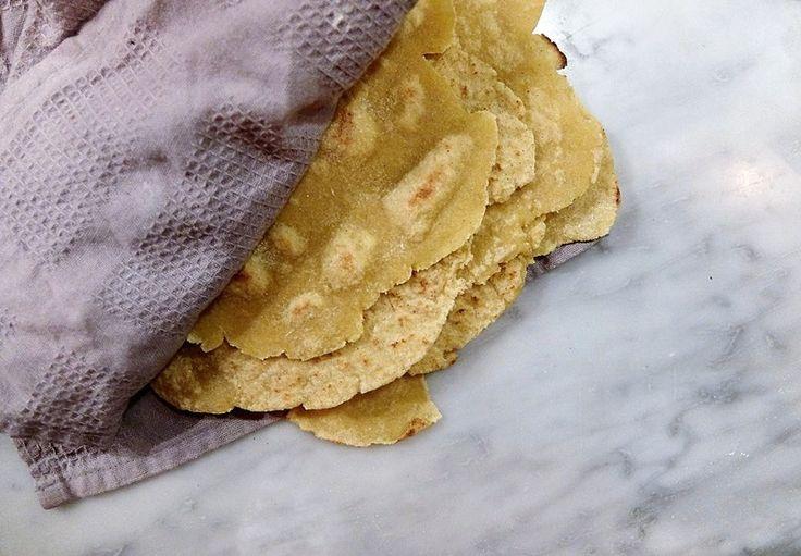 Världens bästa tortillas! Recept till antingen 6 stora bröd eller 12 små tunna. För ca 4 personer. 3 dl majsmjöl 3 msk fiberhusk 1/2 tsk salt 1,5 msk olivolja