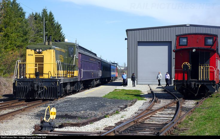 WCR's arrival of the first market train of 2015 with a less than stellar turnout (the people in the photo are volunteers) » WCR Shops  » St. Jacobs, Ontario, Canada  » March 02, 2015