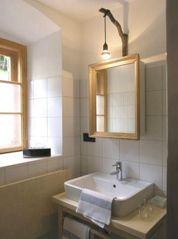 Waschtisch, Spiegel, Lampe