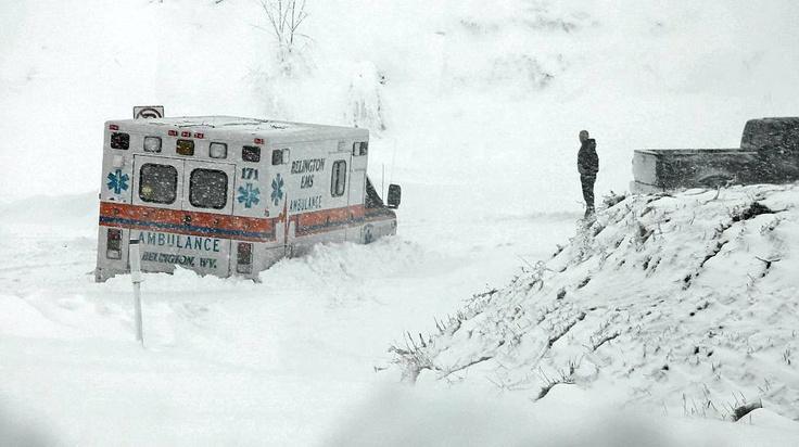 Ambulanssi jumittui lumeen Belingtonissa Länsi-Virgianiassa tiistaina 30.10.2012. Sandy tiputti osavaltioon noin 30 senttiä, paikoin jopa 60 senttiä, lunta.