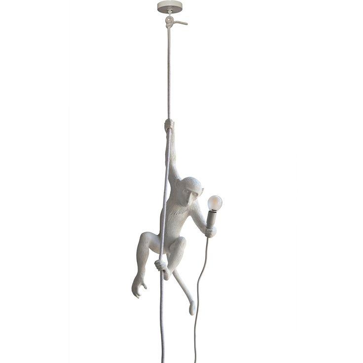 Suspension Monkey Lamp - Seletti - Une suspension au design plus vrai que nature, pour petits et grands enfants... Insolite et ludique à la fois, cette suspension Monkey signée Seletti présente un singe maintenu par une corde flexible, évoquant ainsi une liane de la jungle. Figurative et contemporaine, la position du singe met en évidence la valeur tridimensionnelle de l'objet qui lui confère une impression de mouvement.