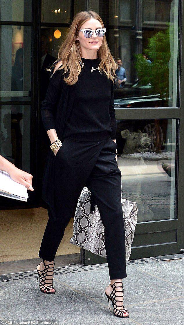 Olivia Palermo em look preto e sandália de tiras