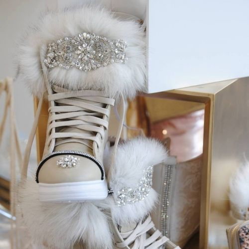 Χειροποίητα sneakers στολισμένα με άριστης ποιότητας γούνα και κρύσταλλα  http://handmadecollectionqueens.com/Γυναικεια-sneakers-με-γουνα-και-κρυσταλλα-2  #handmade   #fashion   #sneakers   #footwear   #women   #storiesforqueens