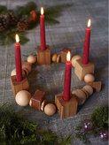 Adventskranz aus 24 Holzteilen, auf Ziegenlederband aufgefädelt. / Corona de Adviento con piezas de madera y cinta de piel.
