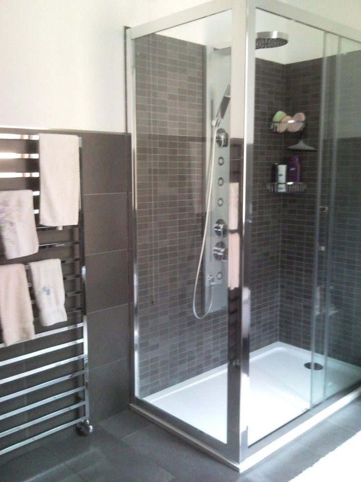 Oltre 25 fantastiche idee su piastrelle del bagno grigie for Idee rivestimento bagno
