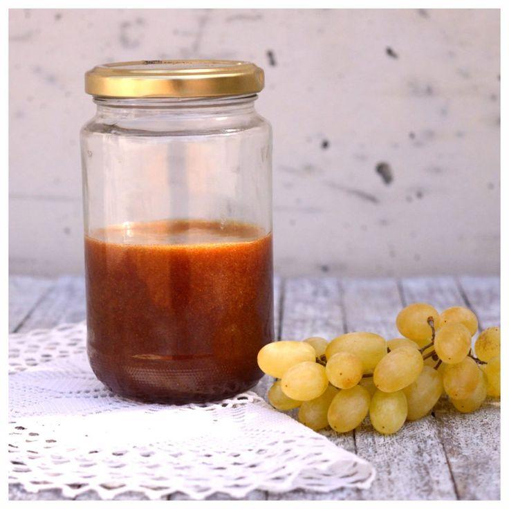 Το «νέκταρ» των σταφυλιών, το πετιμέζι παράγεται από τα σταφύλια βράζοντας το χυμό τους και κρατώντας τα σάκχαρα τους. Είναι παχύρευστο, σκουρόχρωμο υγρό (λίγο πιο αραιό από το μέλι) γλυκό και υποκατάστατο της ζάχαρης. Στην Κρήτη το χρησιμοποιούμε όπως και το μέλι σε πολλά γλυκά, πίτες,