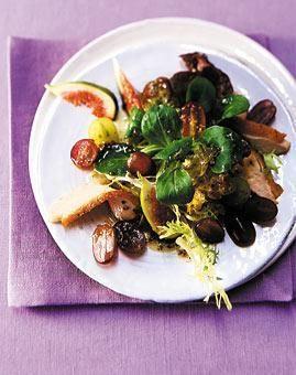 Rezept: Weintrauben-Feigen-Salat mit Ahornsirup und gebratener Perlhuhnbrust - [LIVING AT HOME]
