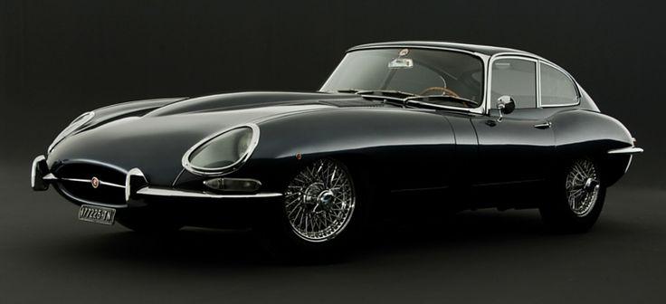 Jaguar E-Type - Este mítico carro de corridas britânico, o Jaguar E-Type, é muitas vezes visto como o carro mais bonito de sempre, e não se limita a ter uma beleza incrível de linhas puras, tem também um desempenho incrível, e uma reputação inigualável.   Quando foi lançado em 1961, o E-Type conseguia chegar aos 100 km/h em menos de 7 segundos, tendo sido construído com base no D-Type, um campeão nas 24h de Le Mans. O E-Type ajudou a fazer com que os desportivos se tornassem mais…