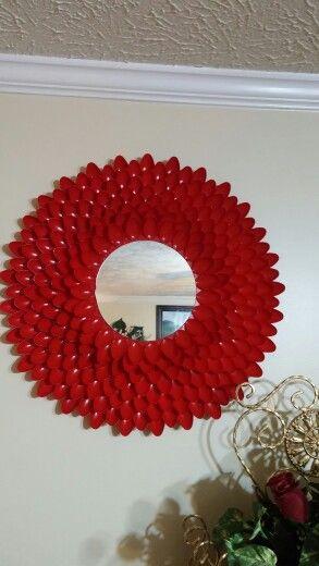 Espejos con cucharas de plastico decoraciones echas a for Decoracion de espejo con cucharas