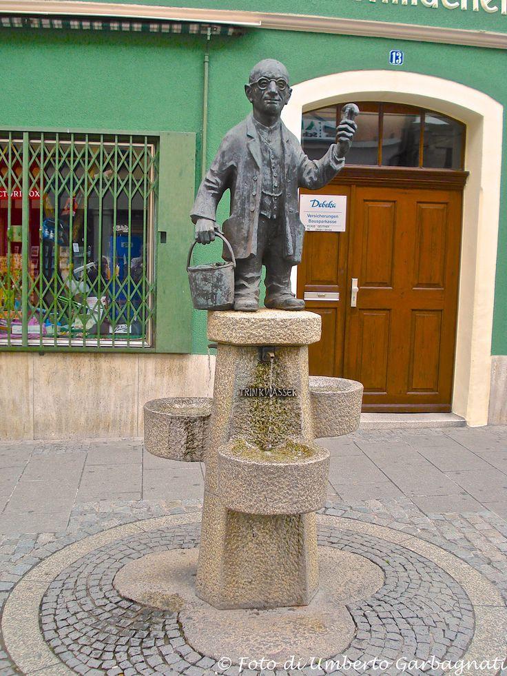 """...originale fontanella di acqua potabile, struttura in pietra con sovrastante statuetta """"l'acquaiolo"""" in bronzo - Coburg (D) - 24/06/2007 - © Umberto Garbagnati -"""