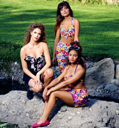 Elizabeth Berkley as Jessie Spano, Tiffani Thiessen as Kelly Kapowski, Lark Voorhies as Lisa Turtle wearing swimsuits on Saved by the Bell.