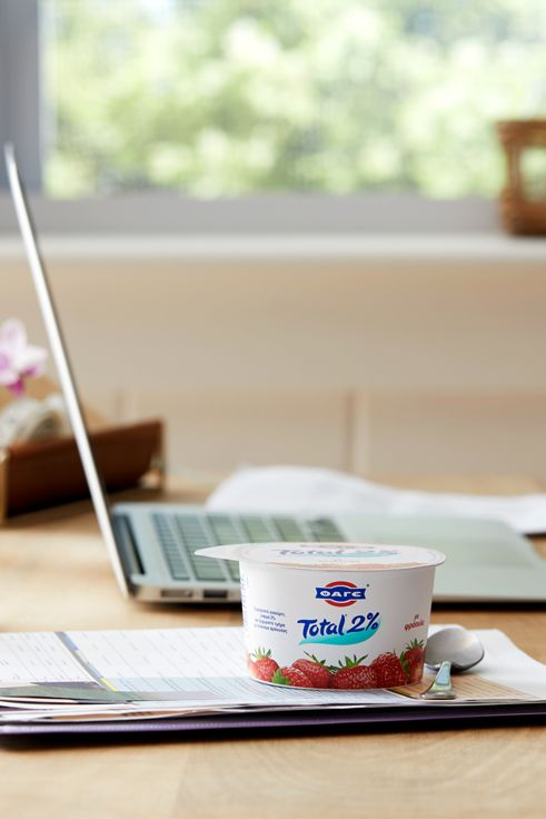 Κάνε ένα διάλειμμα με κρεμώδες Total 2% μαζί με μία δόση από λαχταριστό φραουλένιο γλύκισμα.