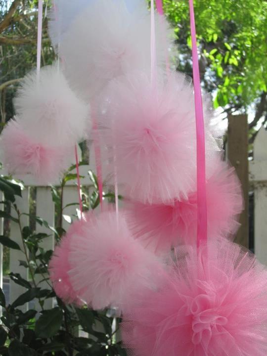 Pompones de tul para decorar bautizo pinterest diy - Decoracion con pompones ...