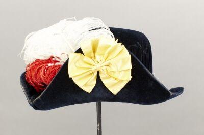 Courtesy of the Royal Armoury // Hatt till dräkt, Karl XIII:s orden. Ägare: Oscar II av Sverige(-Norge) Givare: Gustaf V av Sverige, 1800-talets slut. // A hat for the order of Karl XIII. Owner: Oscar II of Sweden (Norway). Late 1800s.