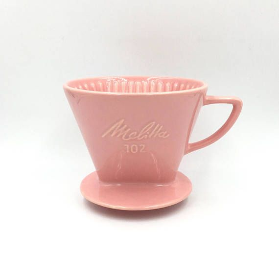 Versez le café par dessus. Melitta 102. Vintage café filtre. #shopnow #filtreacafe #coffeefilter #vintage #pink #rose #melitta #pinkdecor#pinkceramicfilter #etsyshop #vintageshop #madeingermany #germanvintage #bohochic #latelierdenanah #fleamarket #brocante #ideecadeau #bohostyle #homedecor #kitchenware #vintage #retro  #collector #overbrewer #brewingcone #frenchantiques #frenchvintage #frenchfarmhouse #antiqueporcelain #shabbychic #boudoirdecor #coffeelover #weddinggift #frenchkitchen…